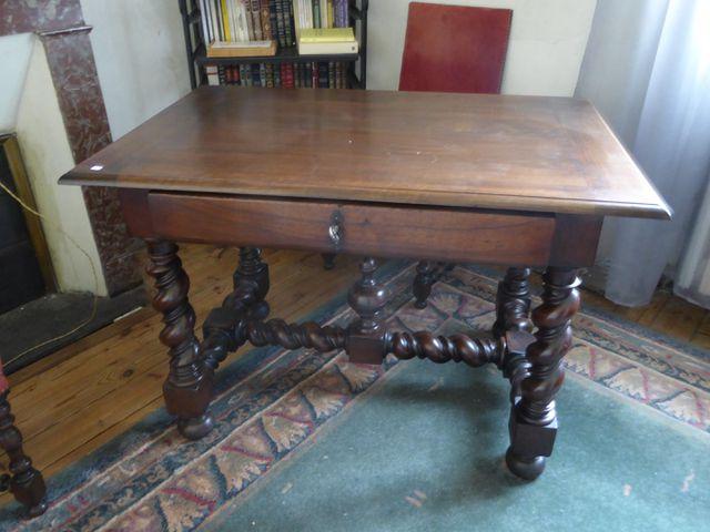 Table en bois naturel ouvrant à un tiroir en ceinture Piètement à...