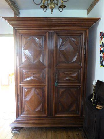 Importante armoire en bois naturel à décor de pointes de diamant ...