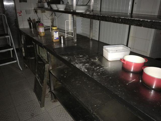 LOT DE 2 MEUBLES INOX DONT CHAUFFE PLATS