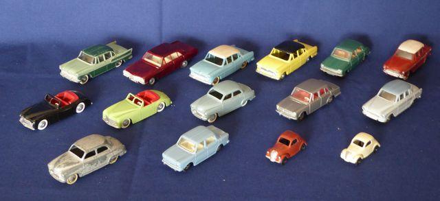 DINKY TOYS FRANCE Lot de 15 véhicules comprenant : Simca 9 Aronde...