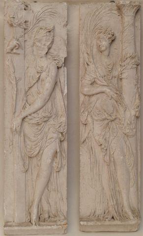 Paire de bas-reliefs en plâtre représentant un ange et une femme ...