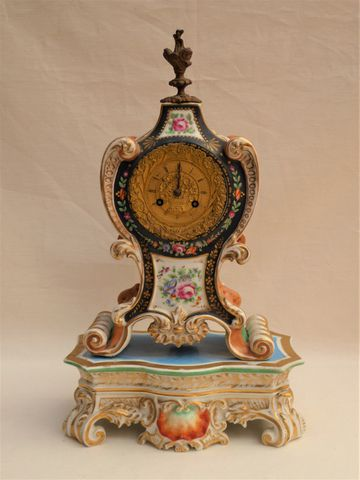 Cartel en porcelaine polychrome cadran en bronze doré, sur socle ...