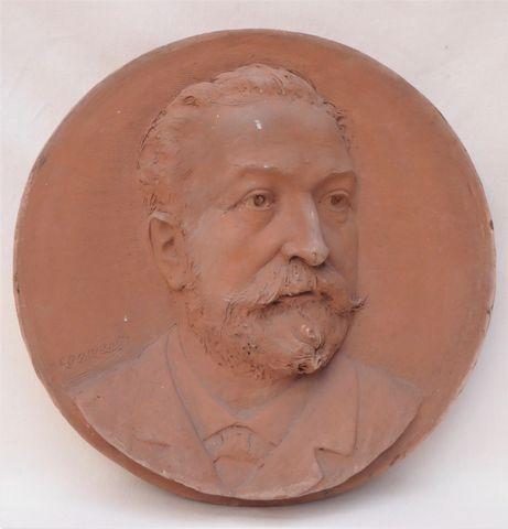 Médaillon en terre cuite représentant un portrait d'homme, signé ...