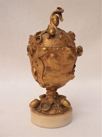 Coupe sur pied couverte en bronze doré à riche décor de feuilles ...