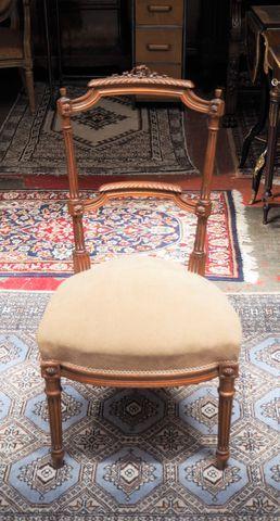 Chaise de style Louis XVI en bois naturel mouluré et sculpté H. 8...
