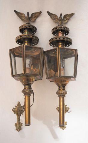 Paire de lanternes d'appliques en laiton, surmontées d'un aigle a...