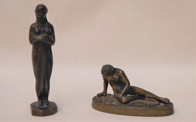 Ensemble de 2 sculptures en bronze, l'une représentant Galate mou...