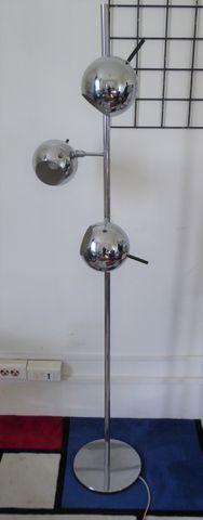 Lampadaire en métal chromé à trois bras de lumière articulés H.17...