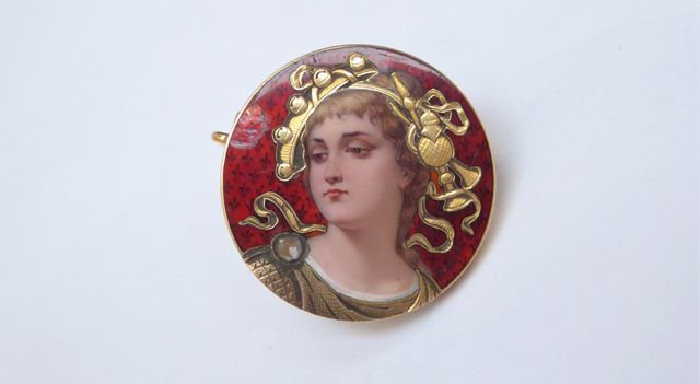 Broche or jaune à décor émaillé d'un portrait de jeune femme Poid...