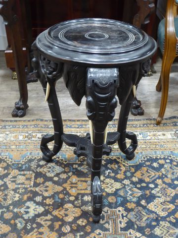 Sellette tripode en bois noirci à décor d'éléphants H. 62 cm Diam...