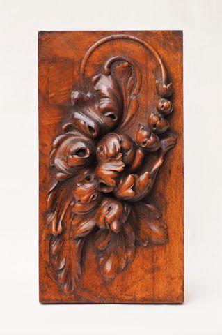 Panneau en noyer sculpté à décor en haut-relief de fruits et feui...