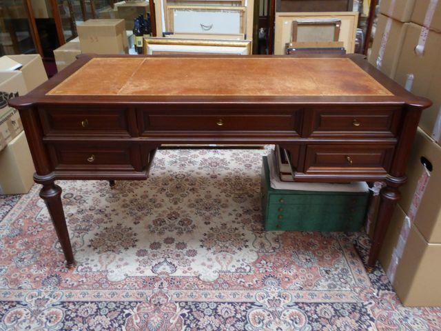 Bureau plat de style Louis XVI ouvrant à 5 tiroirs, dessus cuir H...