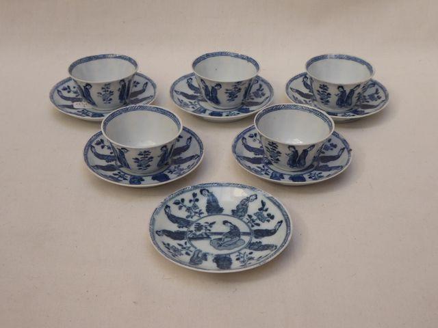 CHINE Ensemble comprenant 5 bols et 6 soucoupes en porcelaine ble...