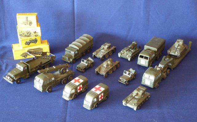 DINKY TOYS France Lot de 18 véhicules militaires comprenant : Cui...