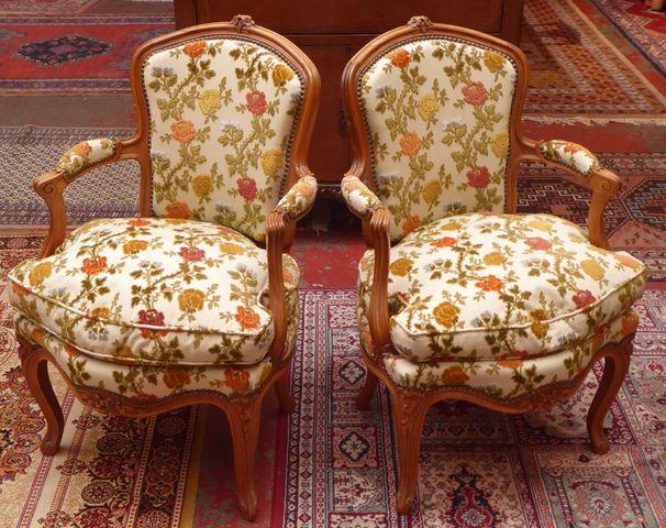 Paire de fauteuils style Louis XV en bois naturel mouluré et scul...