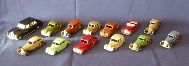 DINKY TOYS ENGLAND Lot de 13 véhicules comprenant : Armstrong Sid...