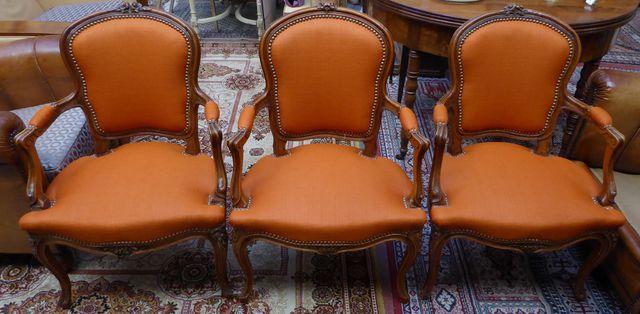 Suite de 3 fauteuils en bois naturel mouluré et sculpté, garnitur...