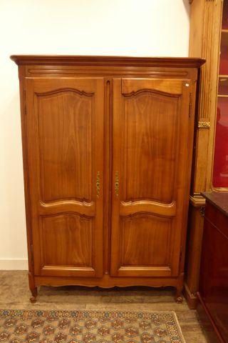 Armoire en bois naturel mouluré  H. 183 cm  L. 132 cm  P. 50 cm