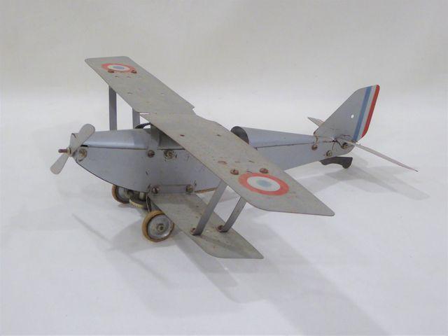 Avion biplan en tôle laquée gris et cocardes tricolores Envergure...