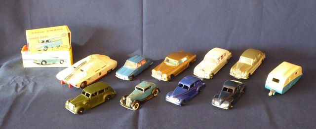 DINKY TOYS ENGLAND Lot de 12 véhicules comprenant : Oldsmobile Pa...