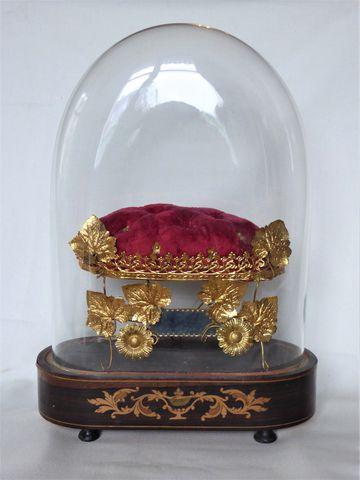 Coussin pique-fleur sous globe de verre Epoque Charles X