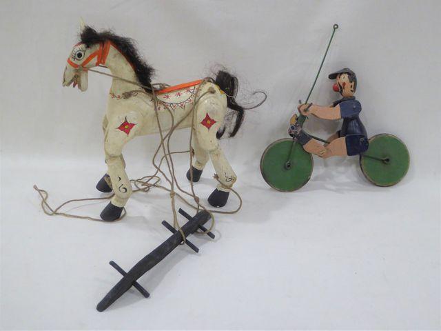 Lot comprenant une marionnette cheval en bois polychrome (L. 20 c...