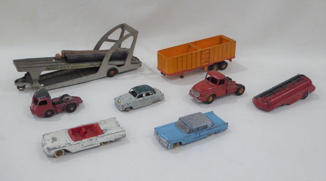 DINKY TOYS France Lot de 8 véhicules On y joint une partie de boî...