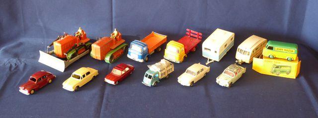 DINKY TOYS France Lot de 13 véhicules comprenant : Berliet Carava...