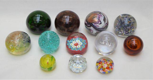 Lot de 11 boules presse-papier en verre soufflé, cristal taillé o...
