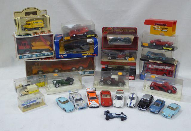 Lot de voitures miniatures modernes et boîtes