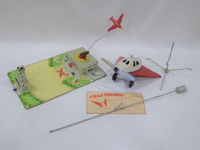 Lot comprenant :  - « L'aile volante », avion mono moteur mécaniq...