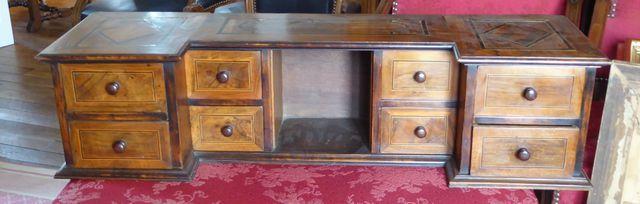 Petit meuble à tiroirs en bois de placage et filets de marqueteri...