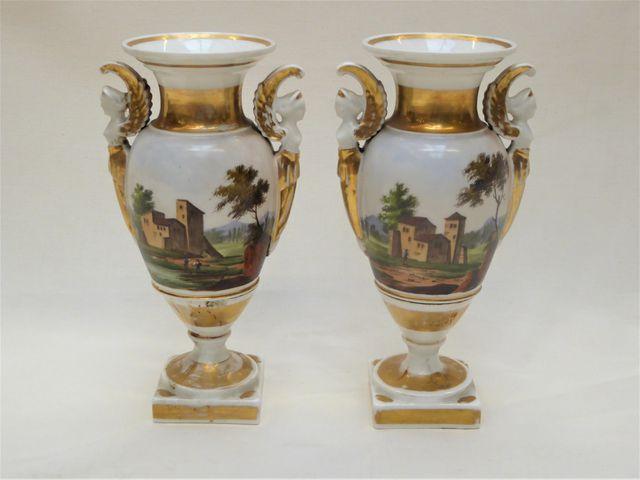 PARIS XIXème siècle Paire de vases balustres en porcelaine à déco...