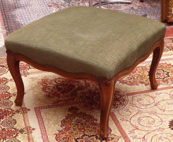 Pouf style Louis XV en bois naturel mouluré, garniture de velours...