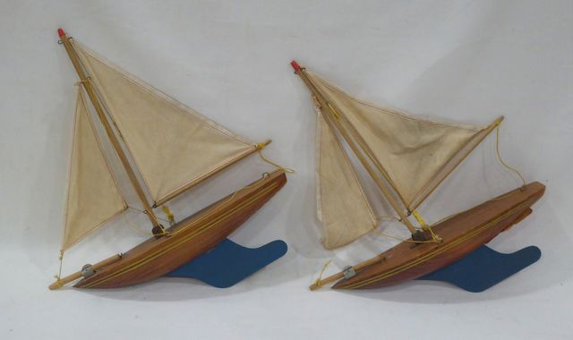 CEJI Lot de deux voiliers de bassin L. 29 cm