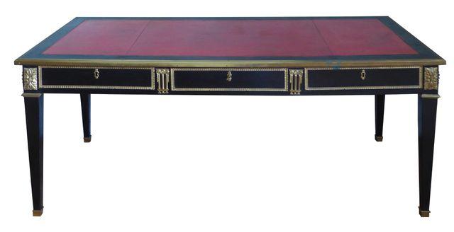 Bureau plat en bois noirci ouvrant à 3 tiroirs en ceinture reposa...