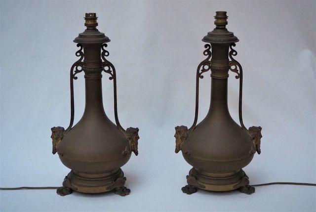 Paire de lampes de forme balustre en bronze à décor de mascaron, ...