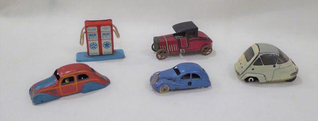 Lot comprenant 4 voitures en tôle et une pompe à essence (Viva gr...