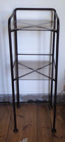 Trois tables de chevet en métal laqué noir et verre H.88 L.32 P.3...