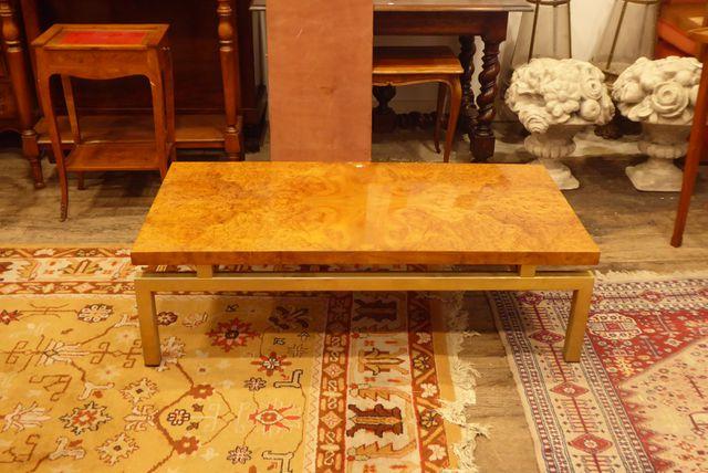 Table basse piètement métal doré et plateau en placage de loupe, ...