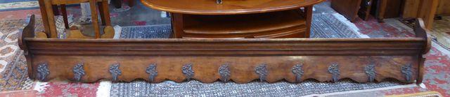 Porte-manteaux en bois mouluré à onze crochets à décor de tritons...