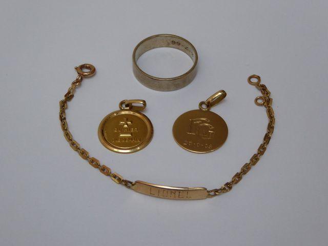 Deux médailles de baptême, gourmette et alliance or jaune Poids :...