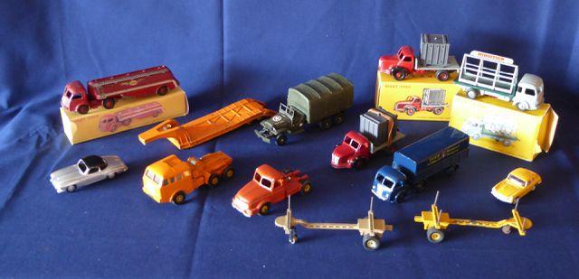 DINKY TOYS France Lot de 12 véhicules comprenant : Plateau Berlie...