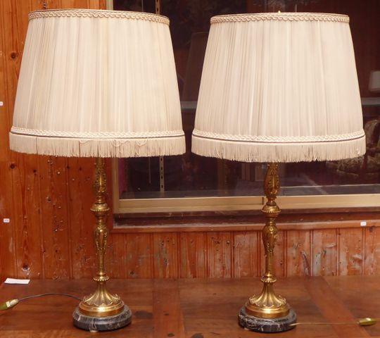 Paire de lampes en laiton reposant sur un socle en marbre H. 84,5...