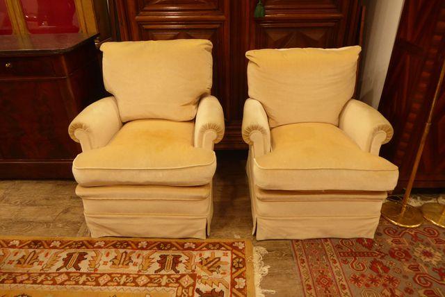 Paire de fauteuils à garniture de velours beige H. 93 cm  L. 91 c...