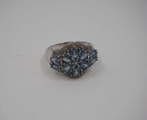 Bague or gris sertie pierre de couleur bleue Pds brut 6 grs