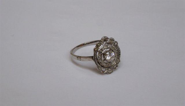 Bague or blanc sertie diamants Poids brut : 3 grs