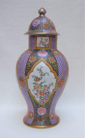 Vase couvert en porcelaine polychrome à décor floral, signature a...