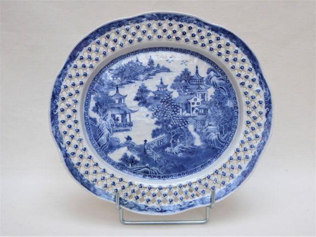CHINE XIXème siècle Plat oblong en porcelaine blanc bleu à bords ...