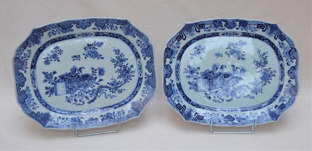 CHINE XVIIIème siècle Paire de plats polylobés en porcelaine blan...